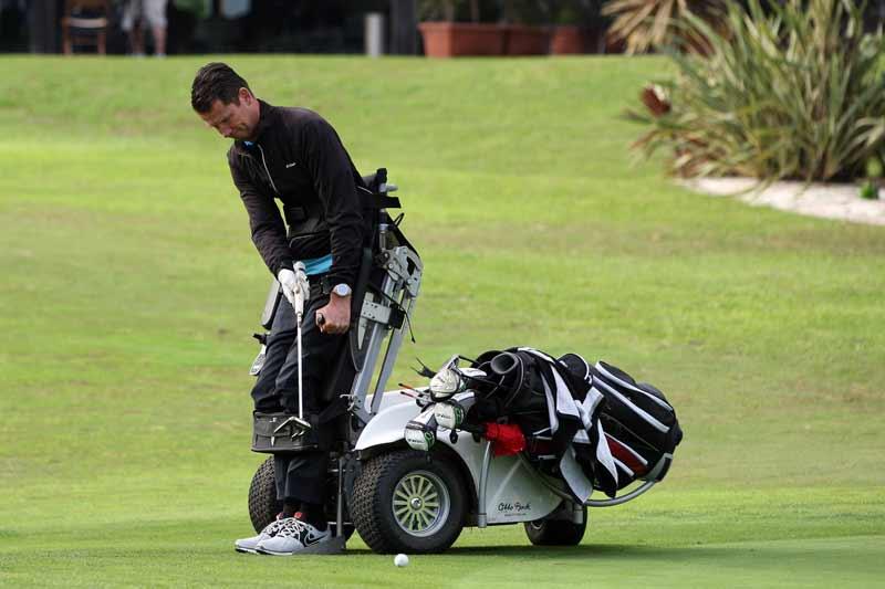 Un golfeur dans son paragolfeur